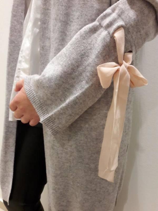 grauer-pullover-mit-schleife