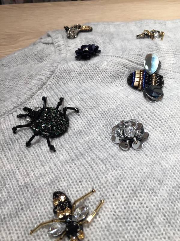 pullover-mit-accessoires