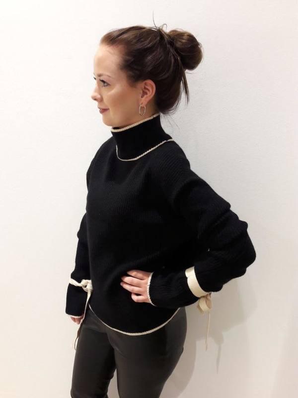 schwarzer-pullover-mit-statement-aermeln